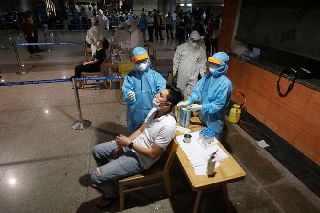 Lấy mẫu xét nghiệm tại sân bay Tân Sơn Nhất